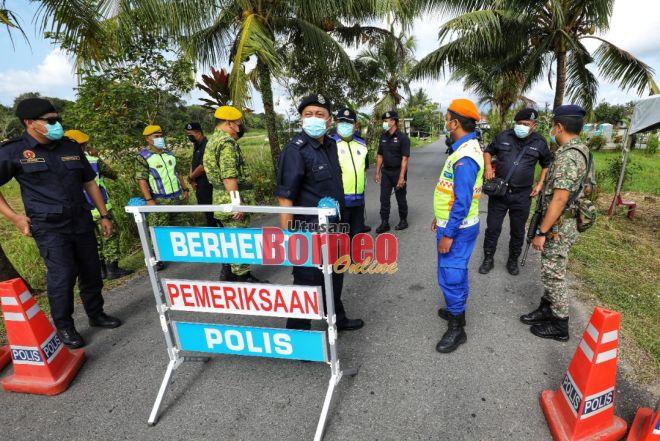 Ketua Polis Daerah Padawan Supt Aidil Bolhassan meninjau pelaksanaan PKPD Kampung Sungai Maong pada 17 Februari lalu. - Gambar fail