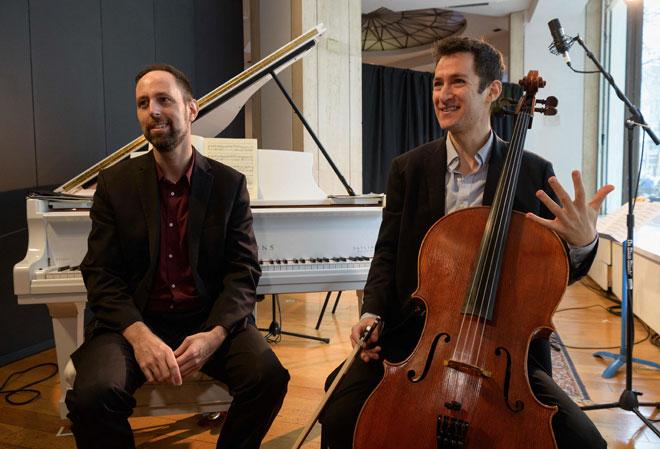 Katz (kiri) dan Myer semasa membuat persembahan sebagai sebahagian siri konsert spontan 'Kaufman Music Center's Musical Storefronts' pada 25 Mac lepas di New York City. Siri konsert itu menampilkan lebih 100 pemuzik pelbagai genre New York, di mana mereka membuat persembahan dari sebuah bahagian kedai nyang kosong.  — Gambar AFP