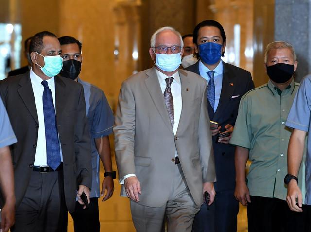 Najib tiba di mahkamah bagi mendengar rayuan sabitan dan hukuman penjara ke atasnya berhubung penyelewengan dana SRC International Sdn Bhd di Mahkamah Persekutuan, Putrajaya hari ini. - Gambar Bernama