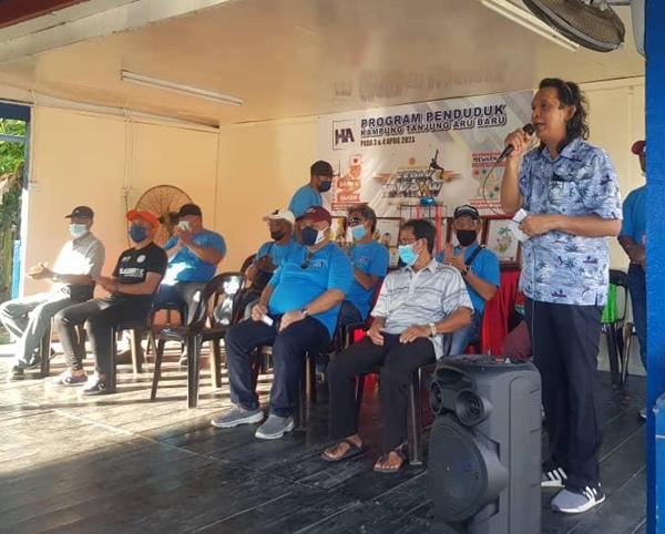 Mohd Hasnol ketika menyampaikan ucapan alu-aluan sempena majlis penyampaian hadiah.