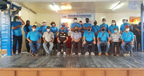 Mohd Hasnol merakamkan kenangan bersama barisan Jawatankuasa Penduduk Tanjung Aru.