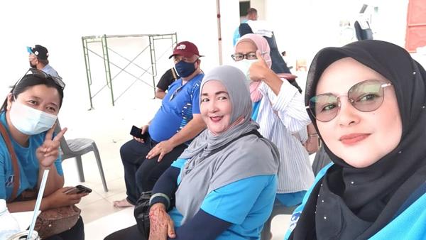 Sebahagian Jawatankuasa Penduduk Tanjung Aru merakamkan album kenangan.