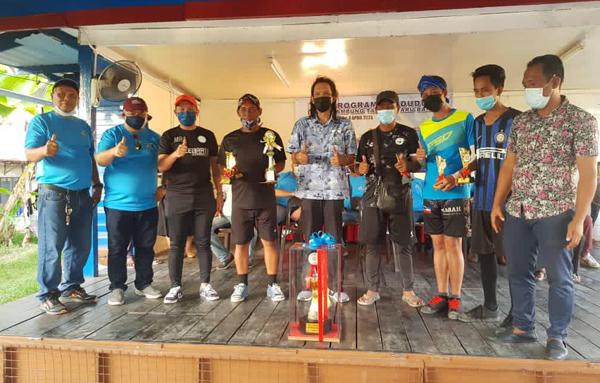 (Dari kiri) Hamid Pudin, Khalid Osman, Reduan dan Mohd Hasnol merakamkan kenangan bersama pasukan Rukut-Rukut yang menjuarai Pertandingan Sepak Takraw.