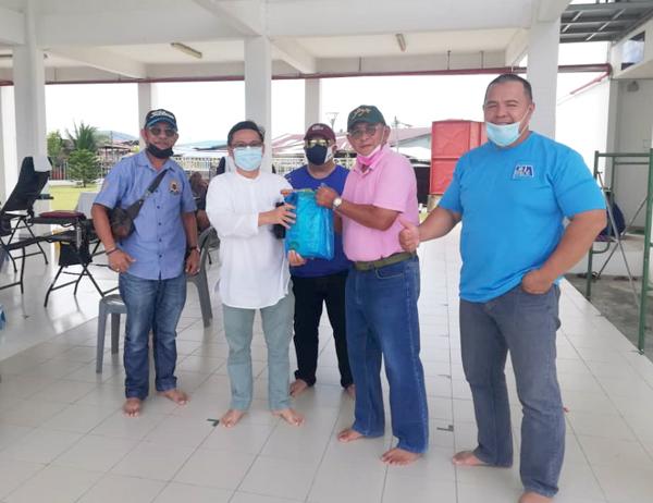 Pengerusi Masjid Al-Khauthar Tanjung Aru Haji Yunus Malai menyampaikan buahtangan kepada seorang penderma darah disaksikan Samad (kanan), Paul (kiri) dan Khalid (tengah).