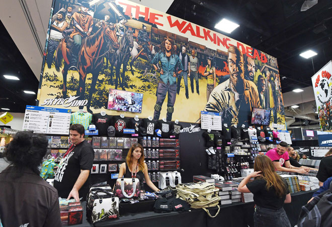 Gambar fail yang diambil pada 24 Julai 2014 ini menunjukkan gerai jualan untuk pertunjukan televisyen 'The Walking Dead' semasa hari pertama acara tahunan ke-45 Comic-Con di San Diego, California. Musim kesepuluh 'The Walking Dead' yang tertunda ekoran pandemik akhirnya sampai ke pengakhiran pada 4 April lepas, selepas 19 bulan tertangguh sejak tayangan perdana dan membuatkan rancangan apokalips zombi itu lebih perlahan, kata bintangnya. — Gambar AFP
