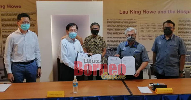 Dr Annuar (tengah) menyaksikan upacara pertukaran dokumen di antara UCTS dan Persatuan Muzium Memorial Hospital Lau King Howe di Sibu, semalam.