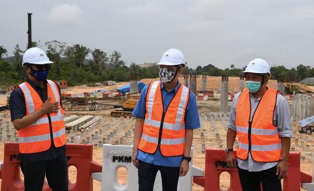 Fadillah (tengah) bersama Bung Moktar(kanan) diberi penerangan oleh Pengarah Kerja Raya Sabah Ir. Ali Ahmad Hamid (kiri) ketika melakukan lawatan tapak projek Lebuhraya Pan Borneo Bangawan ke Papar di persimpangan Kimanis hari ini. - Gambar Bernama