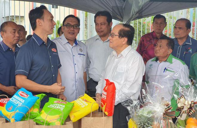 Gambar fail menunjukkan Tho bersama Timbalan Ketua Menteri Datuk Amar Douglas Uggah Embas pada satu majlis. - Gambar FB Jabatan Pertanian