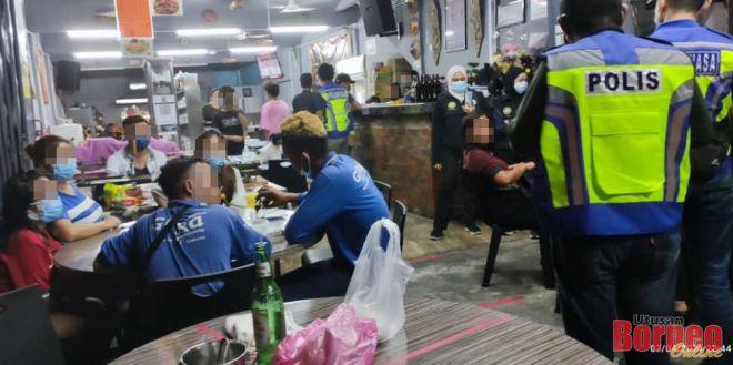 Pasukan pemantau menyerbu kafe yang beroperasi selepas jam 10 malam.