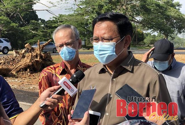 Dr Abdul Rahman bercakap kepada pemberita dan turut kelihatan Datuk Bandar DBKU, Datu Junaidi Reduan.
