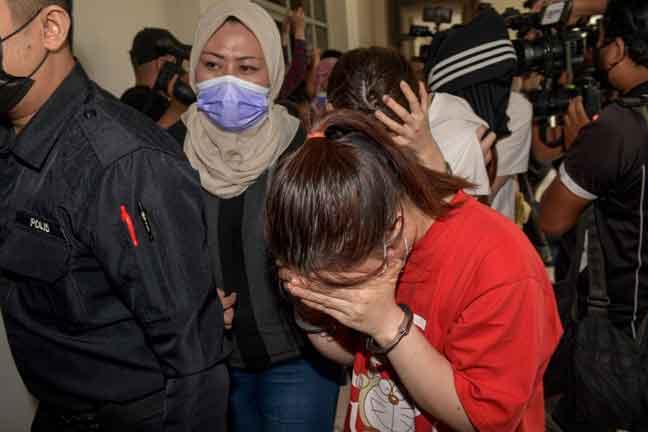 Seramai 14 individu termasuk empat warga China didakwa di Mahkamah Sesyen, Petaling Jaya semalam atas pertuduhan terbabit dalam kumpulan jenayah terancang 'Geng Nicky' diketuai ahli perniagaan dalam buruan, Datuk Seri Nicky Liow Soon Hee. — Gambar Bernama