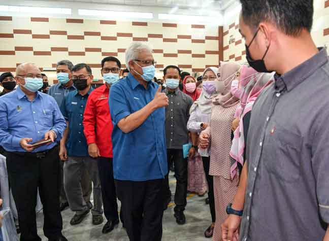 Hamzah (tengah) beramah mesra bersama tetamu yang hadir pada Program Malaysia Prihatin di Dewan Serbaguna Bandar Baru Tambun, Ipoh semalam. — Gambar Bernama