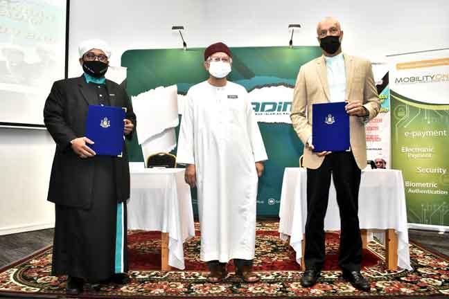 Dr Zulkifli menyaksikan Majlis Menandatangani Perjanjian Program Penjanaan Dana Infaq Yadim bersama MobilityOne Sdn Bhd di Kompleks Islam Putrajaya semalam. Turut hadir Nasrudin (kiri) dan Hussian (kanan). — Gambar Bernama
