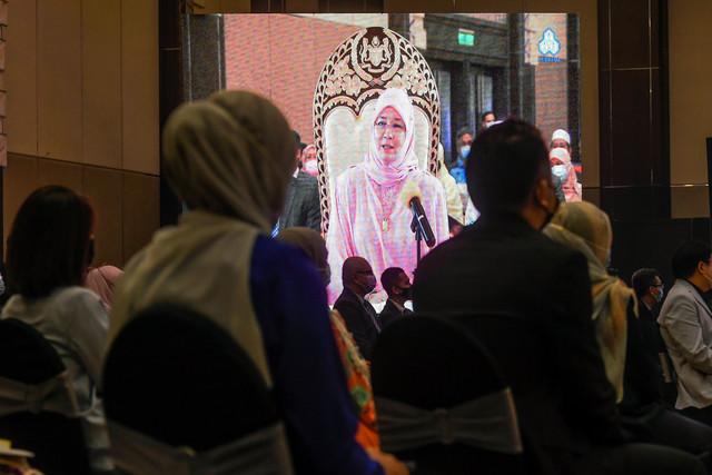 Raja Permaisuri Agong Tunku Hajah Azizah Aminah Maimunah Iskandariah berkenan menyampaikan titah ucapan secara maya pada Majlis Pelancaran Perkeso 'Functional Adaptive Clothing' hari ini. - fotoBERNAMA