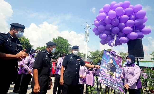 Abdul Hamid (depan, tiga kiri) bersama Ketua Polis Selangor Datuk Arjunaidi Mohamed (depan, dua kiri) semasa gimik pelancaran pada majlis pelancaran Taman Angkat Amanita Kontinjen Selangor di Bandar Puteri Klang semalam. — Gambar Bernama