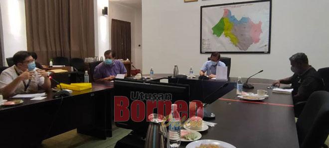 Lee semasa mempengerusikan mesyuarat JPBB mengenai peraturan dan pencegahan COVID-19 di tempat kerja dan rumah kelmarin.