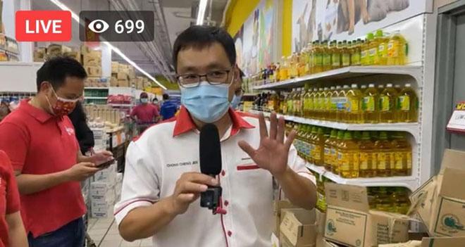 Gambar tangkap layar Chong ketika melakukan siaran langsung di Facebook semalam.