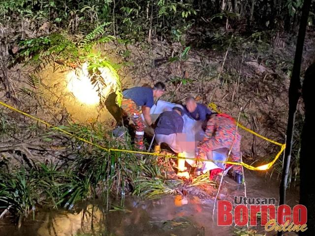 Polis bersama Bomba menjalankan siasatan di tempat kejadian sebelum membawa keluar mayat mangsa.