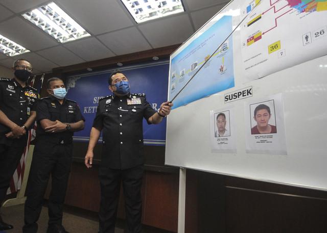Huzir (kanan) bersama Ketua Polis Johor Datuk Ayob Khan Mydin Pitchay (tengah) menunjukkan carta aliran pembekalan dagingserta tangkapan kartel pada sidang media di Ibu Pejabat Polis Kontinjen Johor pada Ahad, - Gambar Bernama