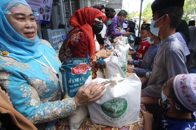 Anak-anak yatim menerima sumbangan makanan daripada para dermawan di wilayah selatan Thailand Pattani kelmarin. — Gambar AFP