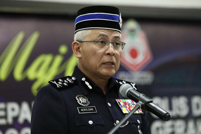 Acryl Sani berucap Majlis Penyampaian Sumbangan Kepada Pesara Polis Diraja Malaysia, Anggota dan Waris Pasukan Gerakan Am di Masjid Bukit Aman dekat Kuala Lumpur, semalam. — Gambar Bernama