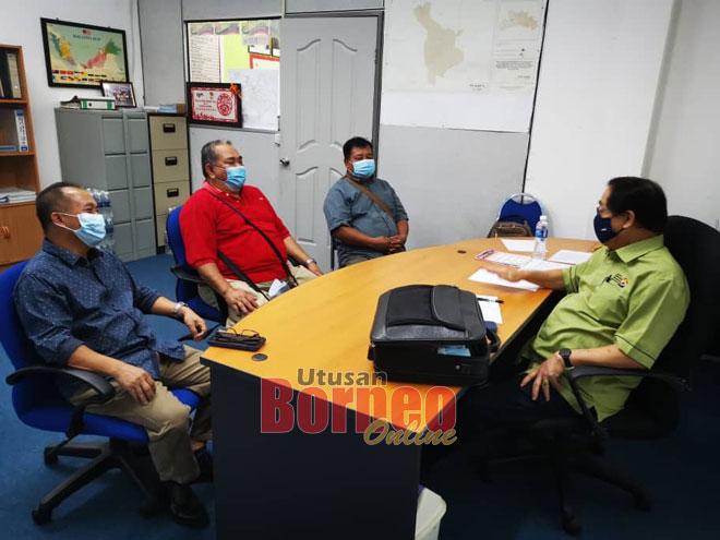 Harden (kanan) mengadakan perbincangan dengan Biju (tengah)serta ahli-ahli JKKK dari Taman Tiara, Sri Aman.
