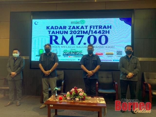 Abang Mohd Shibli  (dua kiri) merakamkan kenangan selepas sidang media Kadar Zakat Fitrah bagi Sarawak 2021