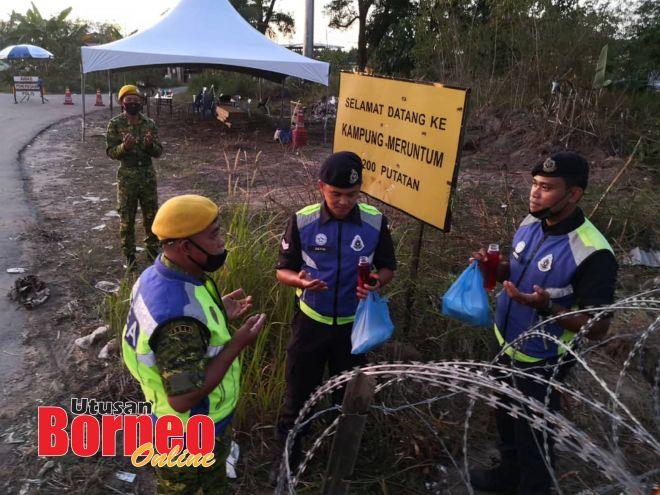 Petugas barisan hadapan berbuka puasa di lapangan semasa menjalankan penugasan di PKPD Meruntum.