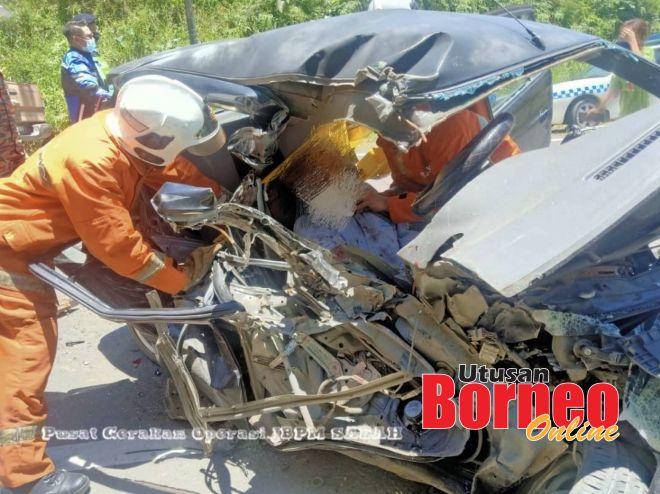 Pasukan bomba melaksanakan operasi mengeluarkan mangsa tersepit di dalam kenderaan.
