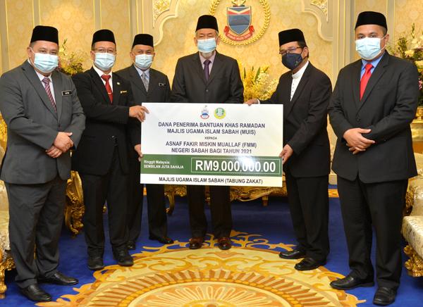 Tun Juhar (tiga kanan) semasa menyaksikan simbolik penyerahan bantuan Ramadan.