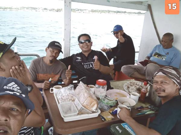 Kapten Masdin (kanan) berbual mesra bersama Arie Suparie (tengah) sebelum meneruskan pelayaran.