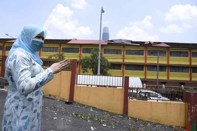 Rina melawat beberapa sekolah yang rosak akibat kejadian ribut pada petang kelmarin. — Gambar Bernama