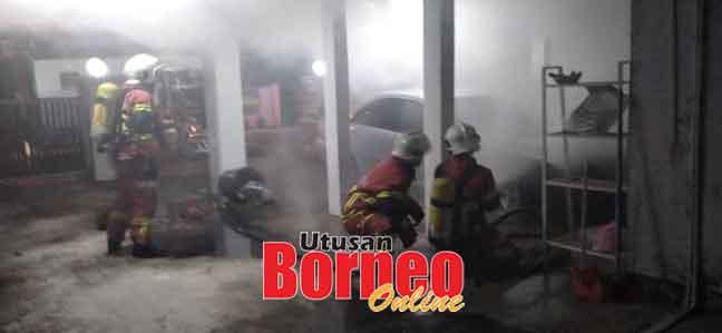 Anggota bomba dari BBP Central Miri memadam kebakaran sebuah kereta yang diparkir di pekarangan sebuah rumah di Taman Hilltop, Miri awal semalam.