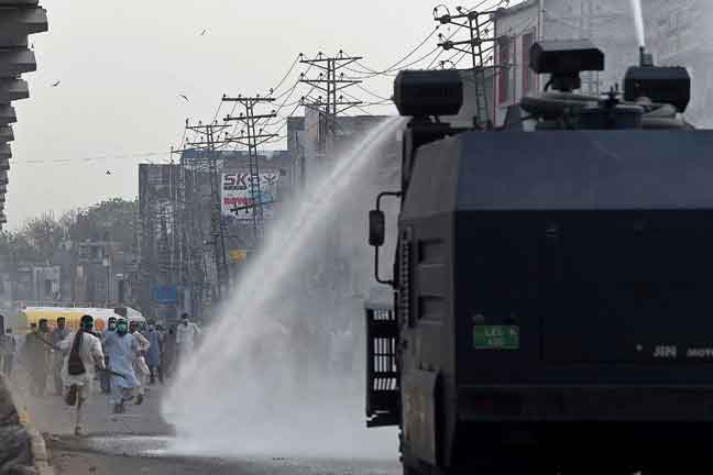 Polis Pakistan tempur ribuan penunjuk perasaan anti-Perancis