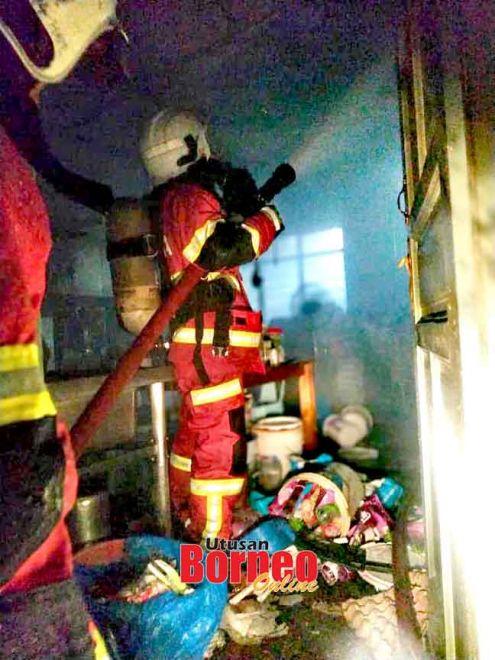 Anggota bomba yang bergegas ke tempat kejadian sedang membantu memadamkan api kebakaran tersebut.