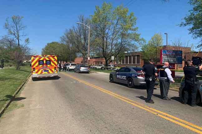 Gambar serahan Jabatan Polis Knoxville kelmarin menunjukkan anggota polis berkawal di luar Austin-East Magnet High School di Knoxville, Tennessee selepas kejadian tembakan yang menyebabkan seorang terbunuh. — Gambar AFP