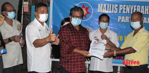 Lius menyerahkan keahlian STAR cawangan Lapasan II.
