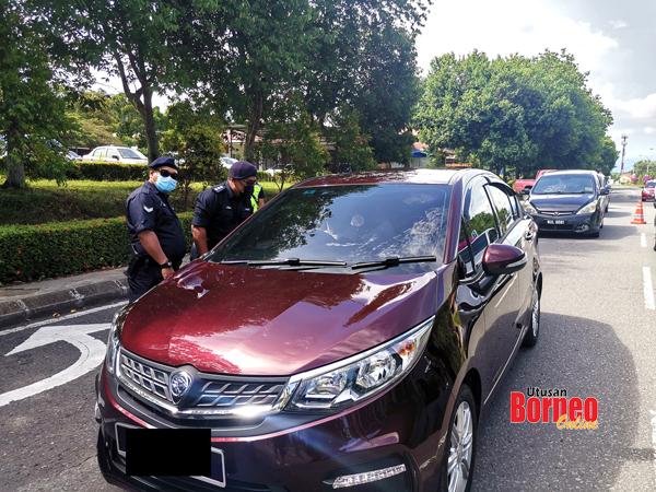 Polis menjalankan pemeriksaan setiap kenderaan yang keluar masuk di kawasan PKPD Bandar Sri Indah.
