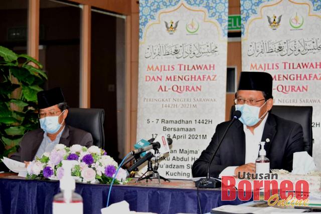 Dr Abdul Rahman (kanan) bercakap pada sidang media, hari ini. Turut kelihatan, Presiden MIS Datu Misnu Taha. - Gambar oleh Roystein Emmor