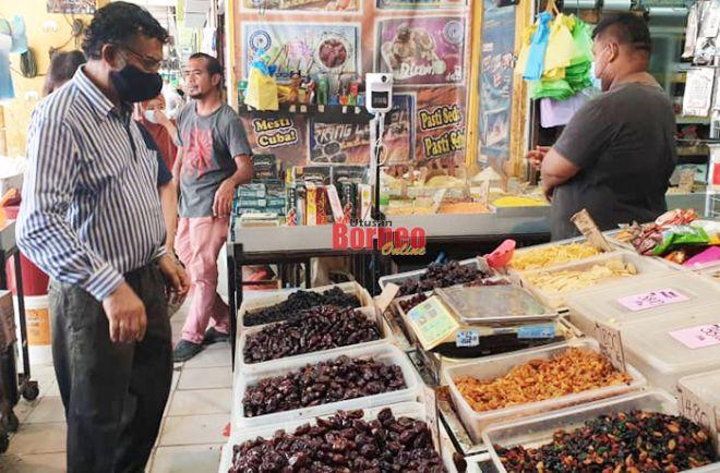 Shaik Abdul Sattar mengimport 10 tan kurma pada tahun ini.