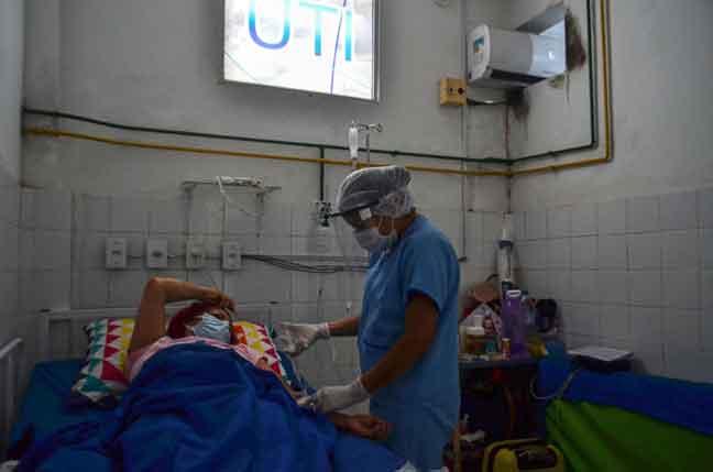 Gambar fail menunjukkan pekerja perubatan merawat pesakit COVID-19 di unit rawatan rapi di Hospital Awam Sao Bento di Abaetetuba, Brazil pada 23 April lalu. — Gambar AFP