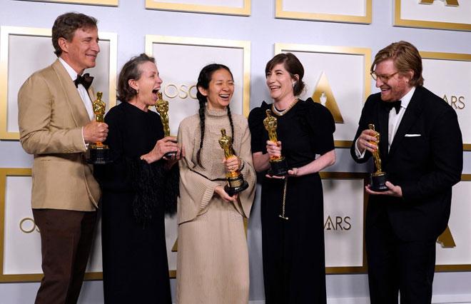 (Dari kiri) Pengeluar Peter Spears, Frances McDormand, Chloe Zhao, Mollye Asher dan Dan Janvey, pemenang filem terbaik untuk 'Nomadland' bergambar di bilik media semasa majlis anugerah Oscar baru-baru ini.  — Gambar AFP