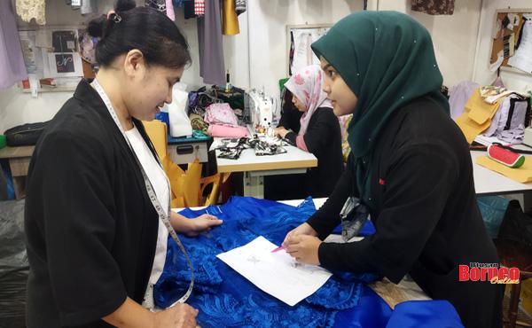 Nadirah (kanan) sentiasa berbincang bersama Siti (kiri) sebelum menyiapkan lakaran pakaian rekaannya.
