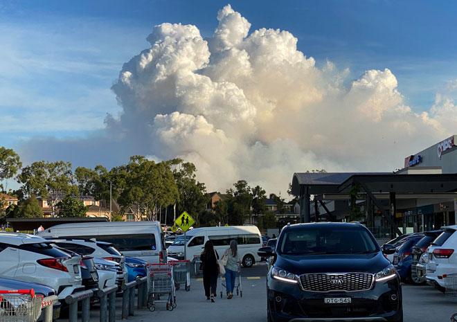 Gambar yang dirakam kelmarin menunjukkan asap tebal memenuhi ruang udara ketika kebakaran hutan marak di Sydney. — Gambar AFP