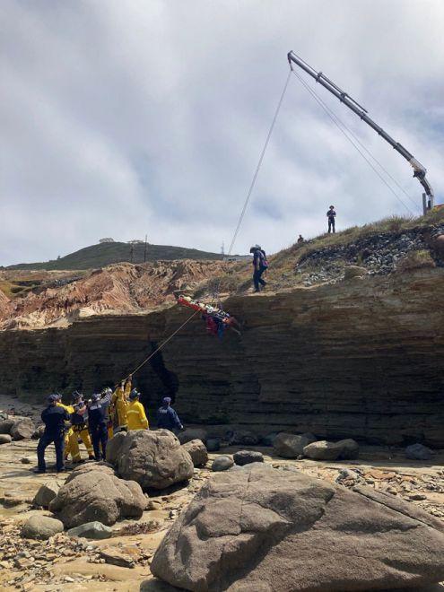 Gambar serahan Jabatan Bomba San Diego melalui akaun Twitter rasmi mereka SDFD menunjukkan para penyelamat menggunakan kenderaan penyelamat tebing Pengawal Penyelamat San Diego untuk menaikkan mangsa ke paras jalan raya selepas bot tersebut karam luar pantai San Diego, California kelmarin. — Gambar AFP