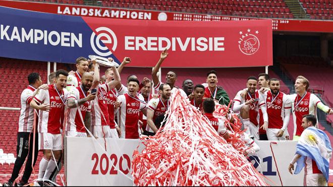 Pemain Ajax meraikan kejayaan di atas podium selepas dinobatkan juara Eredivisie Belanda buat kali ke35 di Johan Cruijff Arena di Amsterdam.  — Gambar AFP