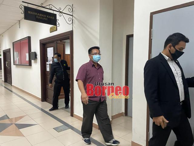 Tertuduh (tengah) mengaku tidak bersalah melakukan salah guna kuasa membabitkan wang bernilai RM91,300.