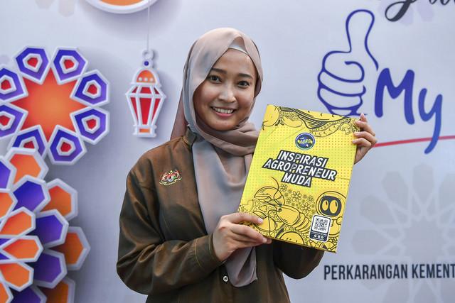 """Nurul Alisyah Mohd Yusri dari UAM menunjukkanbuku""""Inspirasi Agropreneur Muda"""" selepas majlis pelancaranbukuitu semalam. - Gambar Bernama"""
