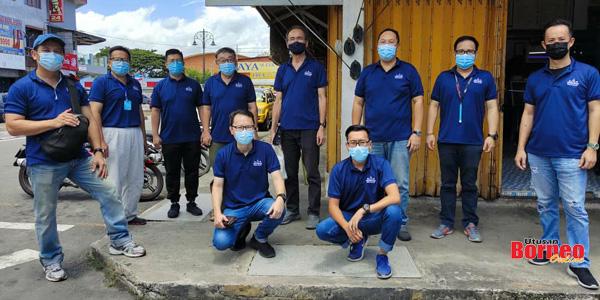 Lo (empat kanan) bersama Pasukan Petugas Kesedaran Vaksinasi COVID-19 GERAKAN Sabah.