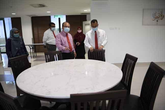 Henry Sum Agong (tengah) melakukan lawatan Asrama Institut Kemajuan Desa (INFRA) selepas Majlis Perhimpunan Bulanan Kementerian Pembangunan Luar Bandar di INFRA semalam. — Gambar Bernama